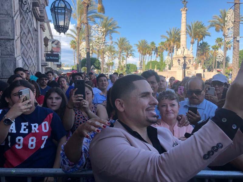 Larry Hernandez Toma Foto Con Fans - gerencia 360